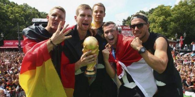 Löw rinde tributo a los cientos de miles de aficionados reunidos en Berlín