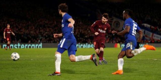 Lionel Messi anota el gol del Barcelona en el partido de ida por los octavos de final de la Liga de Campeones del fútbol europeo contra Chelsea.