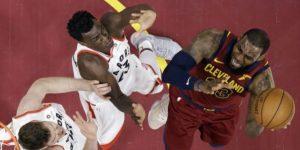 James y Cavaliers mandan aviso a Raptors