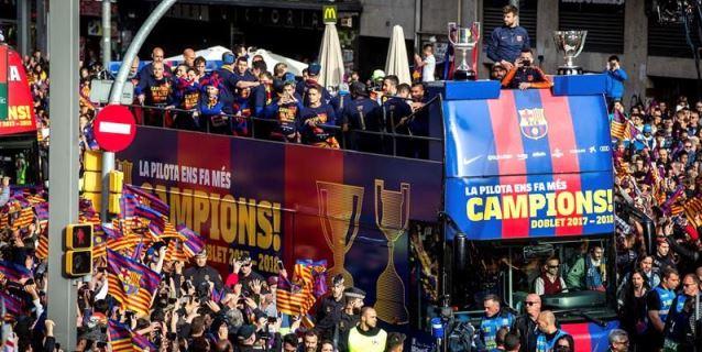El Barça presume de doblete por las calles de la ciudad