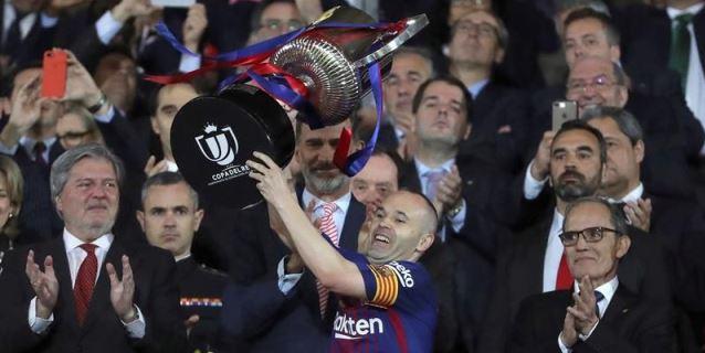 Iniesta levanta la Copa del Rey 2017/18 al cielo de Madrid