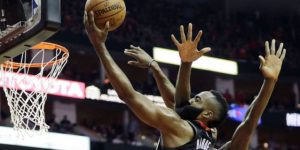 Harden anota 44, Rockets vencen a Wolves 104-101 en playoffs