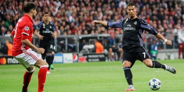 El jugador del Real Madrid Cristiano Ronaldo (d) patea el balón ante la  marca de Javi Martínez (i) 12614a7ae8fba