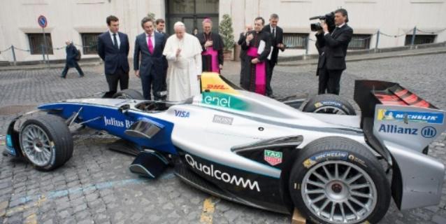 El papa Francisco bendice un monoplaza eléctrico de la Fórmula E