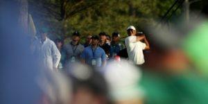Tiger Woods pasa el corte y Reed lidera el Masters de Augusta