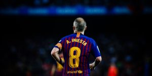 Iniesta se despide del Barcelona alzando su último título con emoción