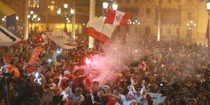 Hinchas peruanos celebran en las calles triunfo de la selección
