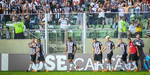 Atlético Mineiro aprovecha empate de Corinthians y lidera en Brasil