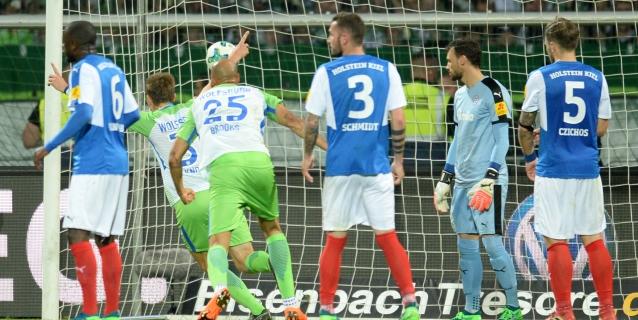Wolfsburgo vuelve a ganarle a Kiel y mantiene su lugar en Bundesliga