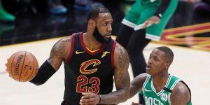 111-102. James anota 44 puntos, supera a Abdul-Jabbar y los Cavaliers empatan la serie