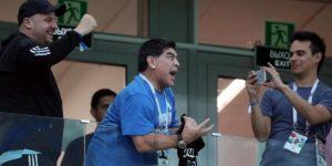 Un baile, insultos y una bajada de tensión: el nuevo show de Maradona