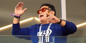 Maradona se disculpa por fumar en el estadio pese a prohibición