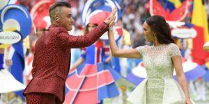Robbie Williams muestra el dedo medio para responder a críticas