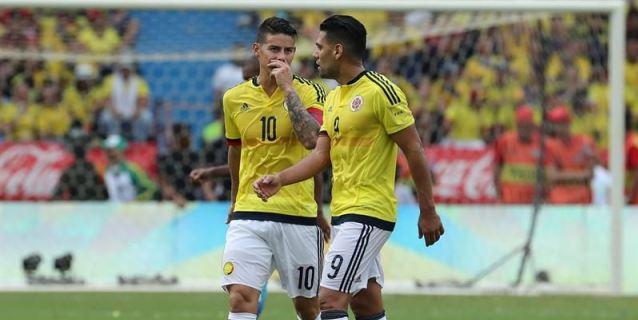 Los jugadores de la selección Colombia James Rodríguez (i) y Radamel Falcao  García (d). EFE  0ccce7acf0d35