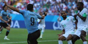 Luis Suárez salva otro triunfo mínimo y los octavos para Uruguay