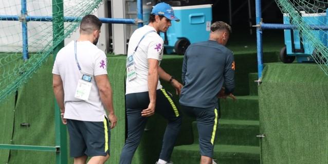 Neymar deja el entrenamiento de Brasil por dolores en el tobillo
