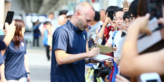 Iniesta llega a Japón, listo para debutar en Vissel Kobe