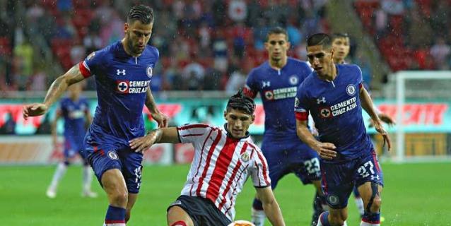 Cruz Azul hunde a Chivas al vencerlo 1-0 y es líder en Liga mexicana