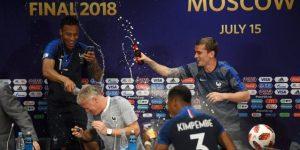 """""""Son una banda de locos"""": Deschamps es bañado por sus jugadores"""