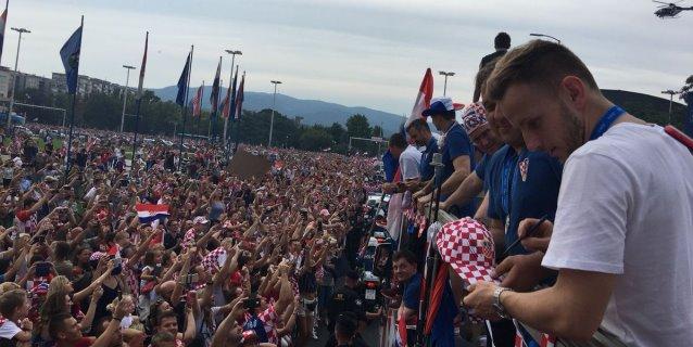 """Croacia recibe a sus futbolistas a grito de """"campeones, campeones"""""""