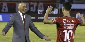 El Royal Pari de Roberto Mosquera pelea la punta en el torneo boliviano