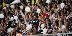 Atlético Mineiro lamenta los cánticos homófobos y políticos de su afición