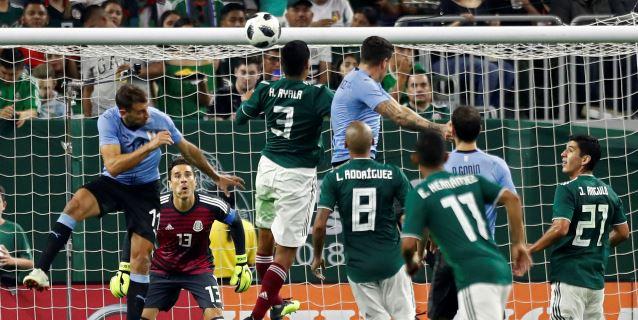 1-4. Uruguay con Suárez de goleador fue superior a un México poco inspirado