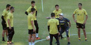 Maradona empieza a inculcar su filosofía de juego a los jugadores de Dorados