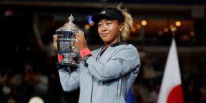 Osaka recibe el trofeo entre lágrimas, abucheo público y el reconocimiento de Williams