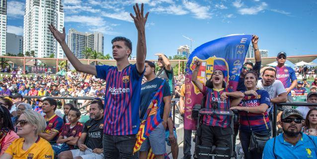 Miles de aficionados del Clásico español se reúnen en un parque de Miami