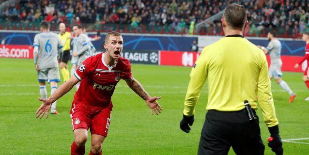 1-0. El Schalke se alía con la suerte y gana en Moscú