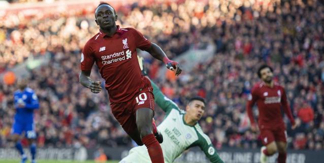 Salah y Mané guían al Liverpool al liderato en solitario