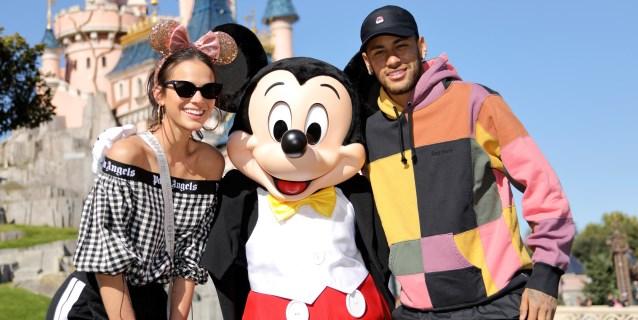 Neymar y su pareja Bruna Marquezine visitan Disneyland París