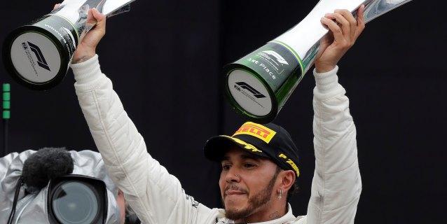 F1: Hamilton gana, Verstappen es protagonista y Mercedes festeja su quinta corona