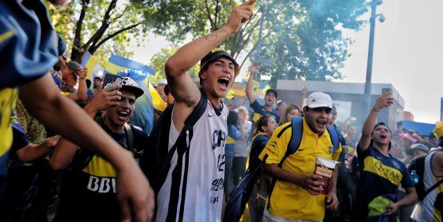 Hinchas de Boca festejan su día en medio de la tristeza por la final perdida