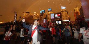 Miles de personas abarrotan el centro de Buenos Aires tras triunfo de River