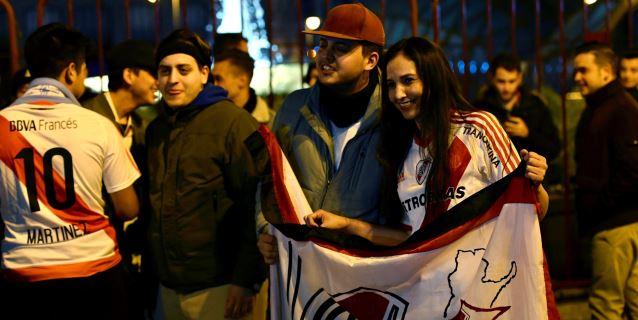 Rojo y blanco en la Puerta del Sol para festejar el triunfo del River