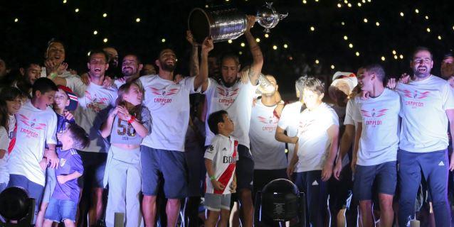 River Plate regresó a Argentina y festejó su título de Copa Libertadores