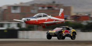 DAKAR: Loeb prueba la velocidad de su Peugeot con un avión