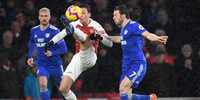 El Arsenal se impone al Cardiff con el recuerdo de Sala
