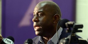 "NBA: Magic Johnson acusa a Pelicans de ""mala fe"" y reconoce ""interés"" por Simmons"