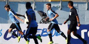 2-3. Uruguay pone un pie y medio en el Mundial y deja a Brasil en la lona