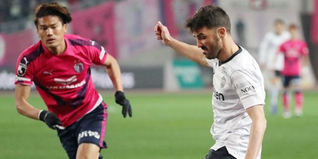 Villa se estrena como goleador en Japón y se impone en su duelo con Torres