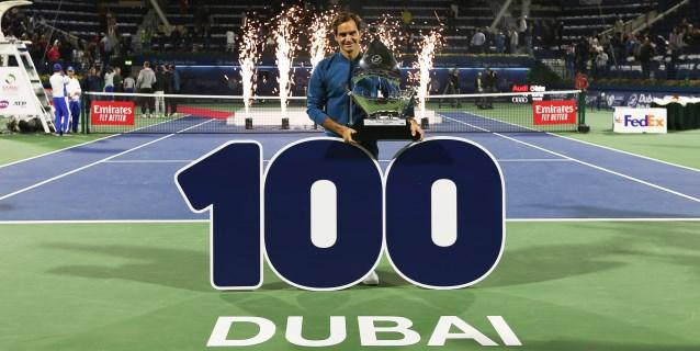 Federer se hace Centenario al imponerse a Tsitsipas
