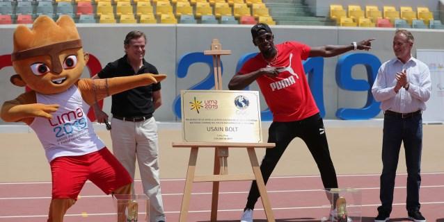 Usain Bolt estampa sus huellas en el estadio de atletismo de Lima 2019