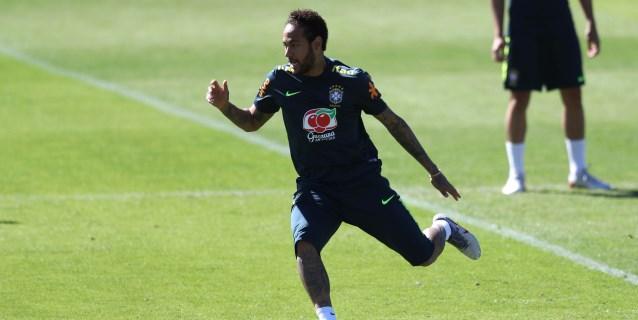 Neymar abandona cojeando su primer entrenamiento sin brazalete de capitán