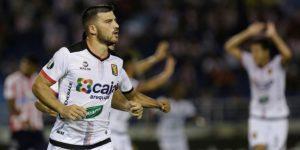 El argentino Cuesta marca tres goles y se torna centenario en Perú