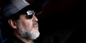 Diego Maradona viaja a Argentina para operarse y sigue en los Dorados