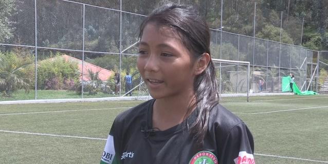 Una ecuatoriana reclama el título de la futbolista profesional más joven del mundo