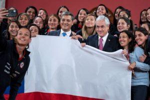 La selección femenina de fútbol se despide de Piñera antes de partir a Francia